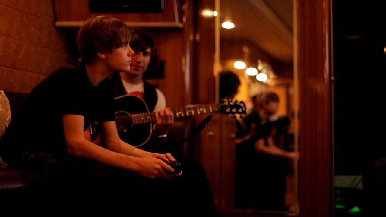 Seine Chancen standen eine Millionen zu eins und schließlich wurden Justin Biebers Talente online entdeckt. Doch der Weg von einem durchschnittliche... - Bildquelle: 2014 PARAMOUNT PICTURES. ALL RIGHTS RESERVED.