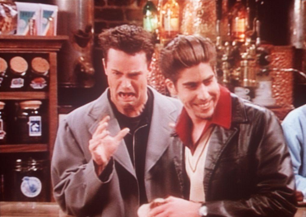 Chandler (Matthew Perry, l.) kann sich nicht an seinen neuen Mitbewohner Eddie (Adam Goldberg, r.) gewöhnen. - Bildquelle: TM+  2000 WARNER BROS.