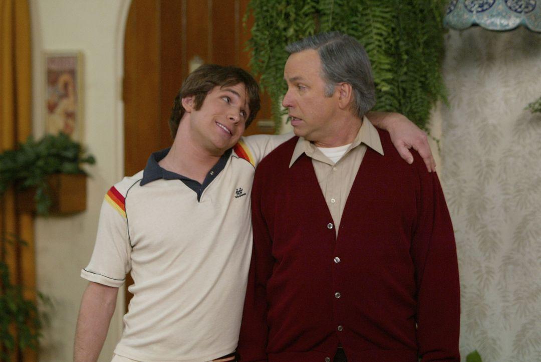 """Paul (John Ritter, r.) durchlebt als der prüde Stanley Roper aus der 70er-Jahre-Serie """"Herzbube mit zwei Damen"""" die schlimmsten Phantasien über di... - Bildquelle: ABC, Inc."""