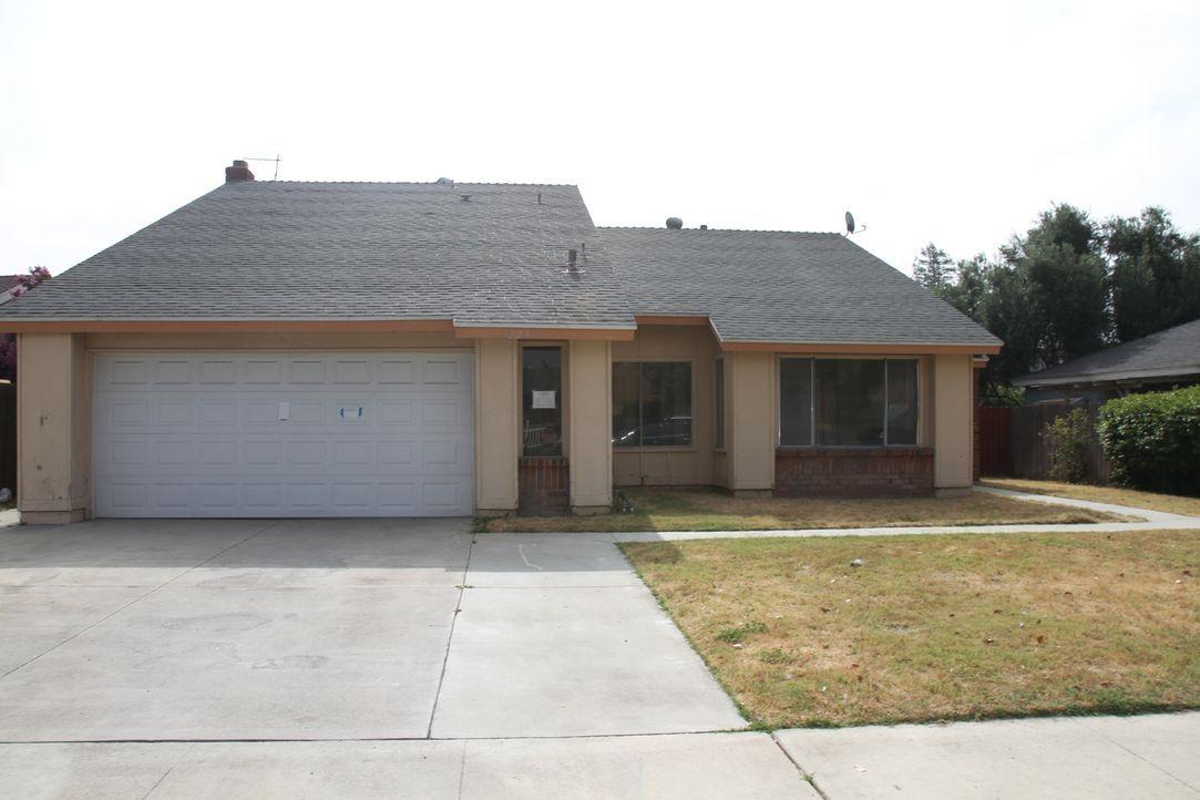 Auf den ersten Blick scheint das Haus in Anaheim eine gute Investition zu sein, aber ein Blick in die Räumlichkeiten ist nicht möglich - hat der Ver... - Bildquelle: 2013,HGTV/Scripps Networks, LLC. All Rights Reserved