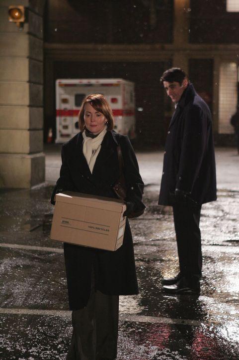 Auch Dr. Luka Kovac (Goran Visnjic, r.) kann Dr. Kerry Weaver (Laura Innes, l.) nicht aufhalten ... - Bildquelle: Warner Bros. Television