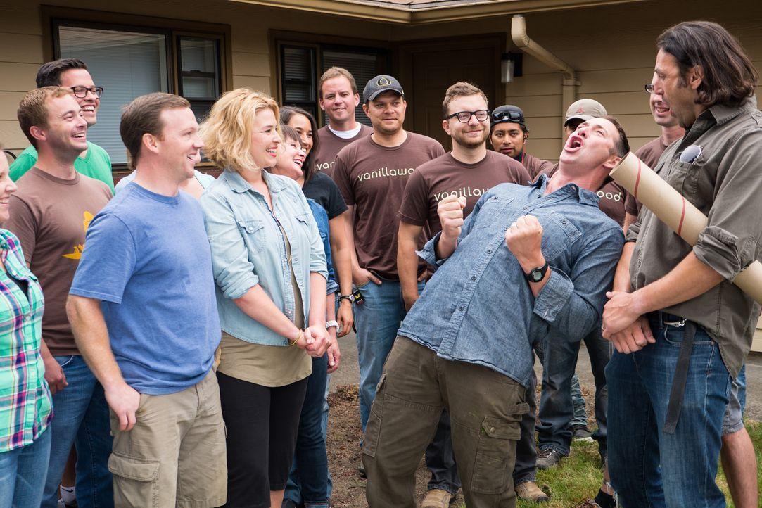 Vorfreude tritt auf, als sich Josh (M.), das Bauteam und die Hauseigentümer inklusive eigener Helfer sich das erste Mal zum gemeinsamen Hausbau tref... - Bildquelle: Fritz Liedtke 2013, HGTV/ Scripps Networks, LLC. All Rights Reserved.