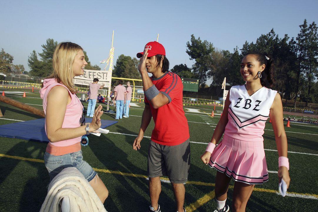 Während Ashleigh (Amber Stevens, r.) Probleme mit der Trennung von Travis hat, lernt Casey (Spencer Grammer, l.) den attraktiven Shane (Michael Copo... - Bildquelle: ABC Family