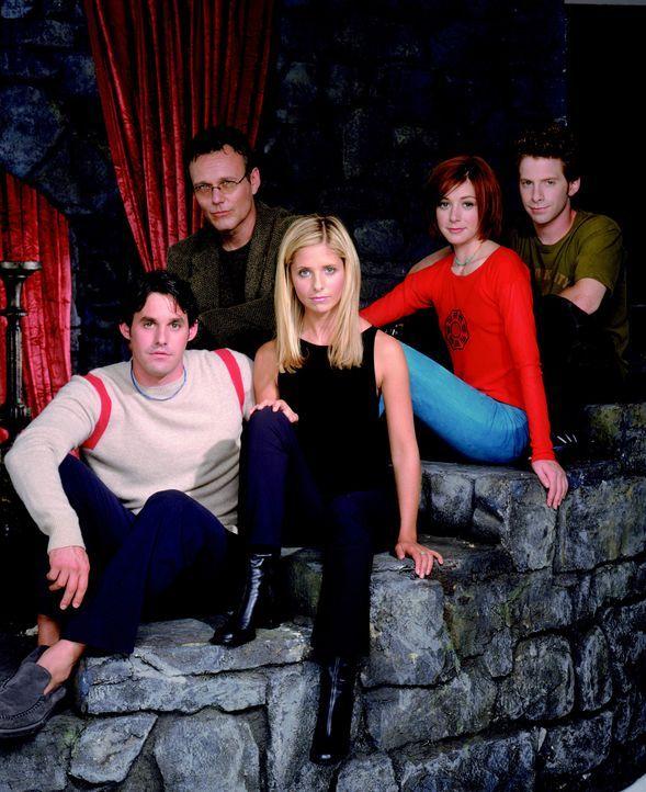 (4. Staffel) - Gemeinsam sind sie stark: Xander (Nicholas Brendon, l.), Giles (Anthony Stewart Head, 2.v.l.), Buffy (Sarah Michelle Gellar, M.), Wil... - Bildquelle: Twentieth Century Fox Film Corporation.