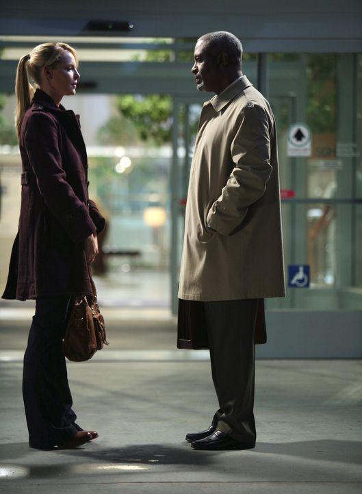 Izzie (Katherine Heigl, l.) arbeitet wieder im Krankenhaus und wird von Webber (James Pickens Jr., r.) erneut Bailey zugeteilt ... - Bildquelle: Touchstone Television