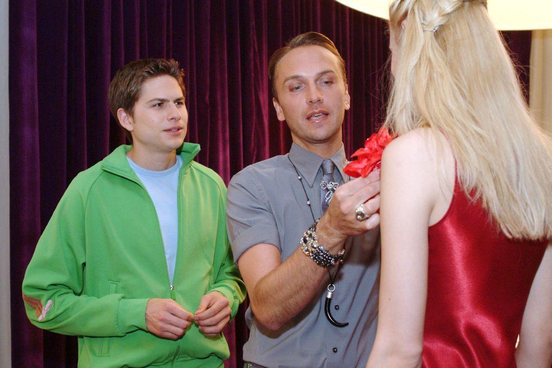 Zum einmonatigen Beziehungsjubiläum möchte Timo (Matthias Dietrich, l.) Kim überraschen und fragt Hugo (Hubertus Regout, M.) um Rat. - Bildquelle: Sat.1