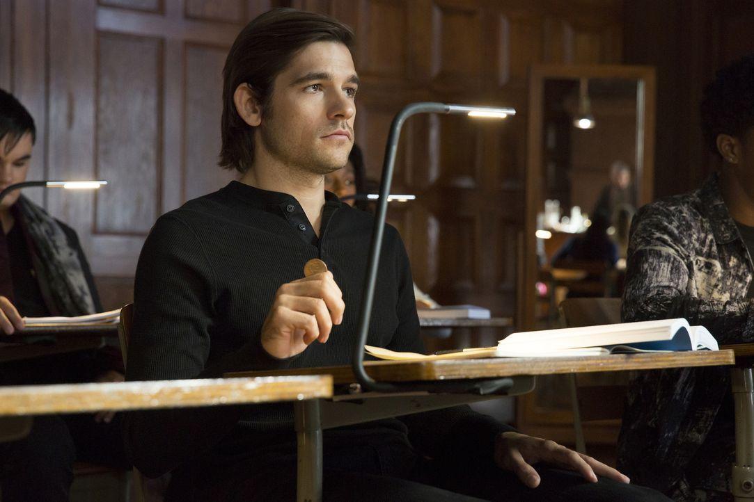 Eigentlich dachte Quentin Coldwater (Jason Ralph), dass er sich bei der Yale Universität vorstellen soll, doch dann entdeckt er in dem alten New Yor... - Bildquelle: 2015 Syfy Media Productions LLC. ALL RIGHTS RESERVED.