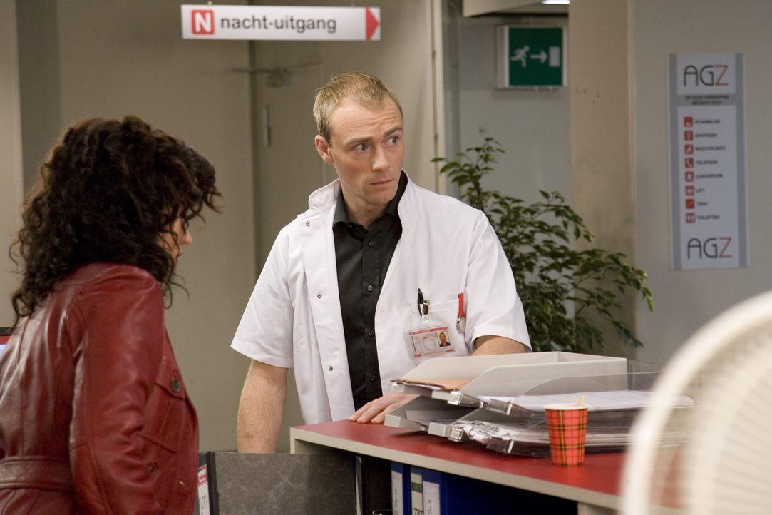 Juriaan (Hylke van Sprundel, r.) ist verärgert, weil Stella (Katja Schuurman, l.) mal wieder zu spät in die Arbeit kommt ... - Bildquelle: SBS/Elvin