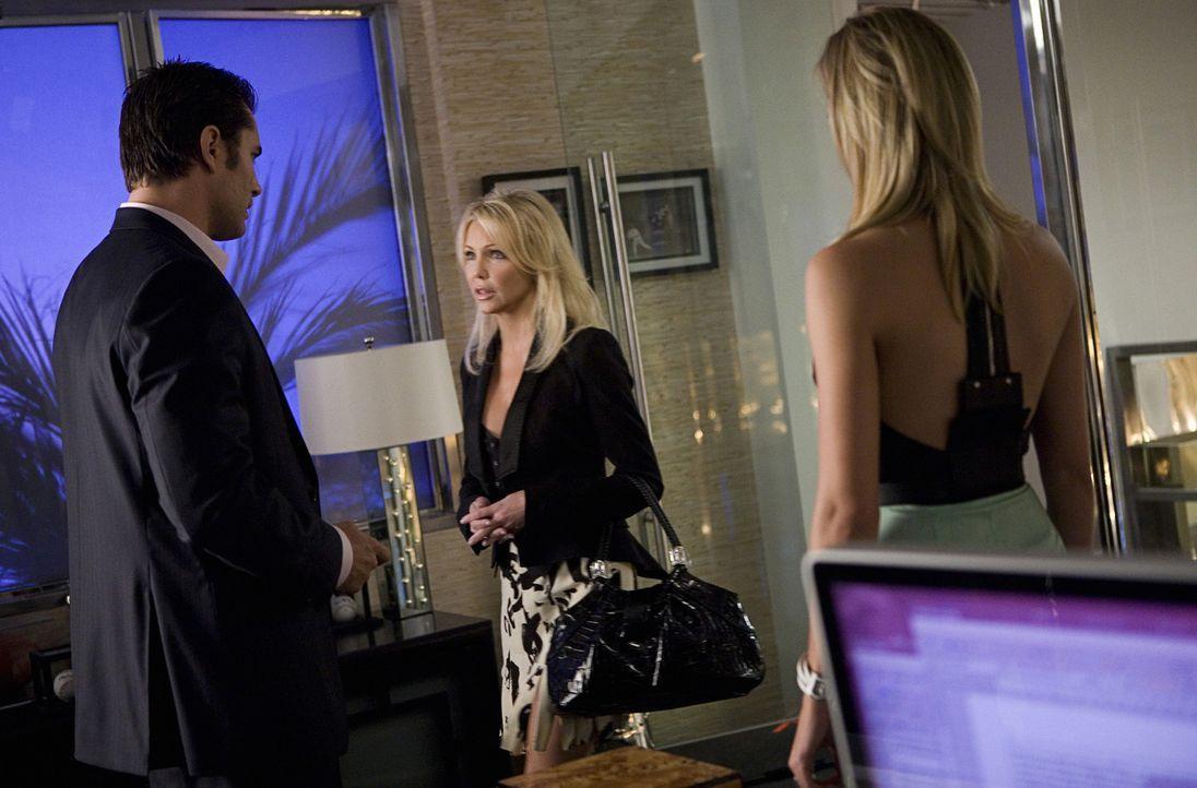 Schon in den ersten fünf Minuten zeigt Amanda (Heather Locklear, M.) wer hier der Chef ist und feuert Caleb (Victor Webster, l.) - wird sie bei Ell... - Bildquelle: 2009 The CW Network, LLC. All rights reserved.