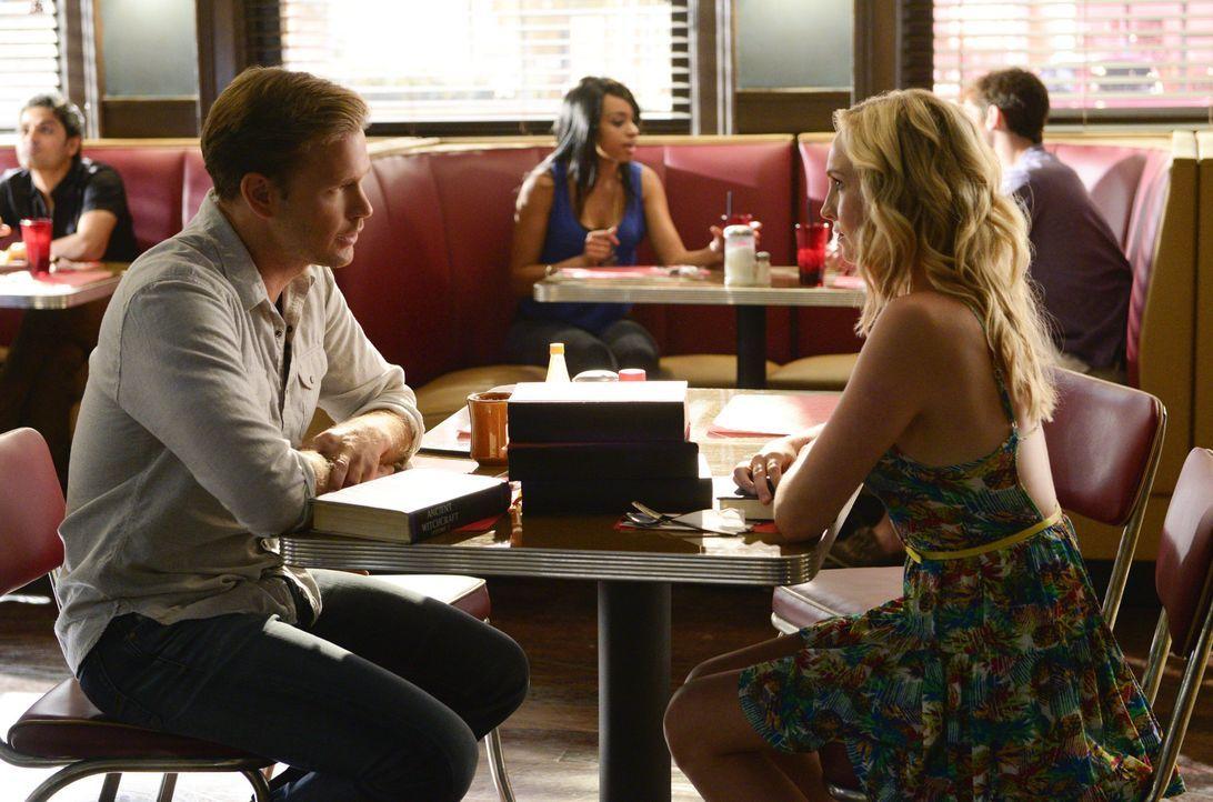 Szenenbilder Staffel 6: Alaric und Caroline im Café - Bildquelle: Warner