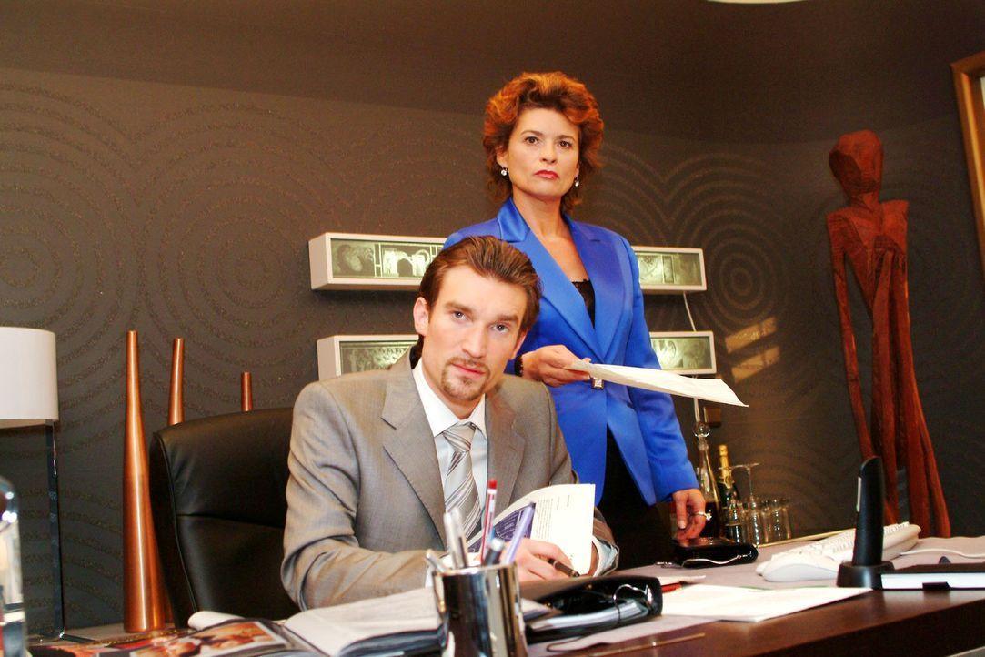 Sophie (Gabrielle Scharnitzky, r.) ist über den rüden Ton ihres Sohnes Richard (Karim Köster, l.) überrascht. - Bildquelle: Sat.1
