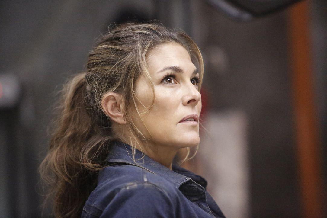Während sich Abbie (Paige Turco) mit allen Mitteln gegen den Kidnapper wehrt, muss Octavia mit Lincolns Tod klarkommen ... - Bildquelle: 2014 Warner Brothers