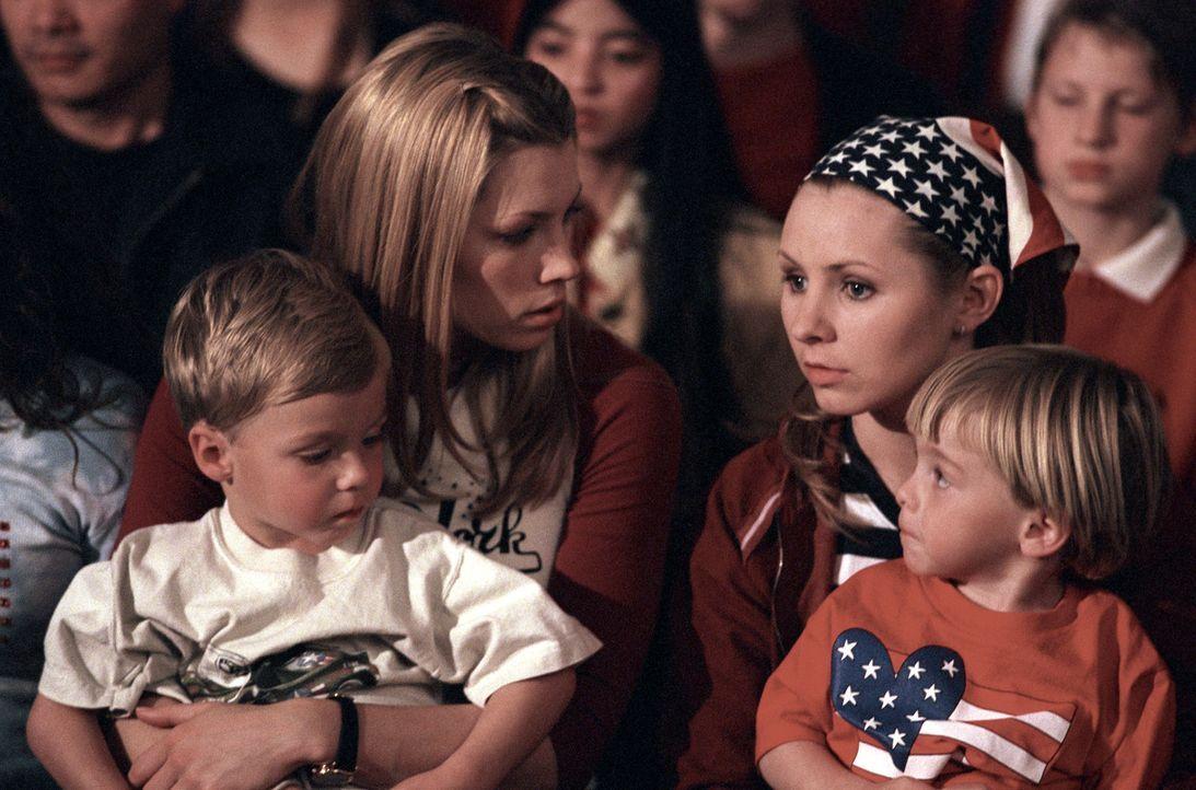 Wohnen einer Trauerfeier für einen gefallenen Soldaten bei: Mary (Jessica Biel, hinten l.), Lucy (Beverley Mitchell, hinten r.) und die Zwillinge Da... - Bildquelle: The WB Television Network
