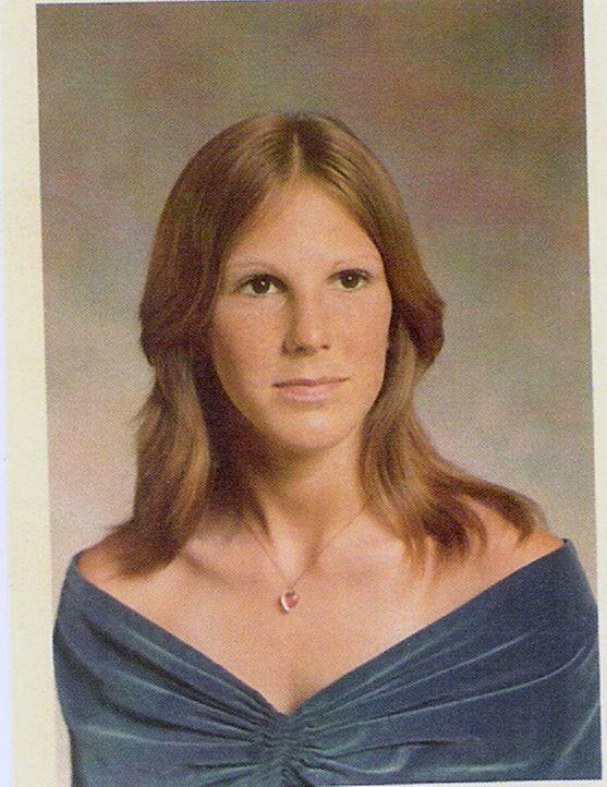 Karyn Barnes will sich der radikalen Sekte anschließen, doch Gründerin Suzan hat einen anderen, grausamen Plan mit der jungen Frau ... - Bildquelle: 2013 NBCUniversal ALL RIGHTS RESERVED.