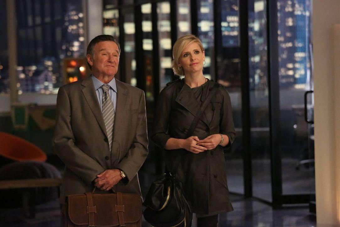 Simon Roberts (Robin Williams, l.), Chef einer erfolgreichen Werbeagentur in Chicago, beeindruckt mit seinen genialen, aber oft wahnwitzigen Ideen b... - Bildquelle: 2013 Twentieth Century Fox Film Corporation. All rights reserved.