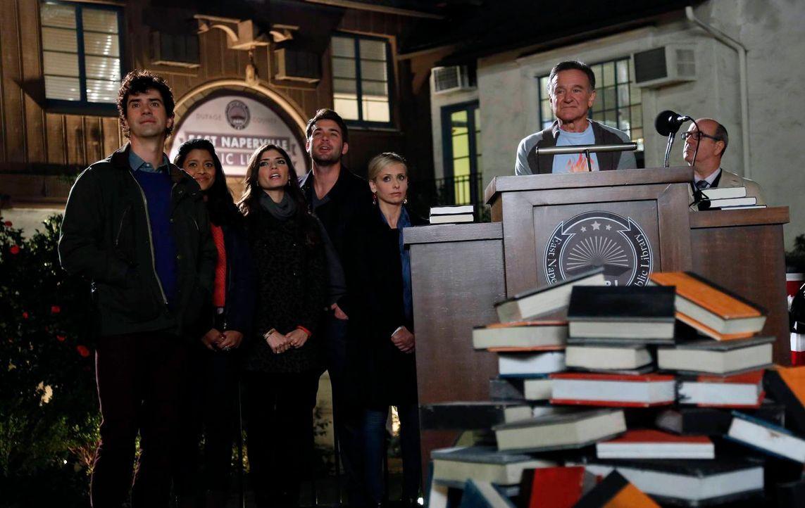 Stehen Simon (Robin Williams, 2.v.r.) bei, die Schließung der öffentlichen Bücherei, in der Simon schon als Kind Bücher ausgeliehen hat, zu verhinde... - Bildquelle: 2014 Twentieth Century Fox Film Corporation. All rights reserved.
