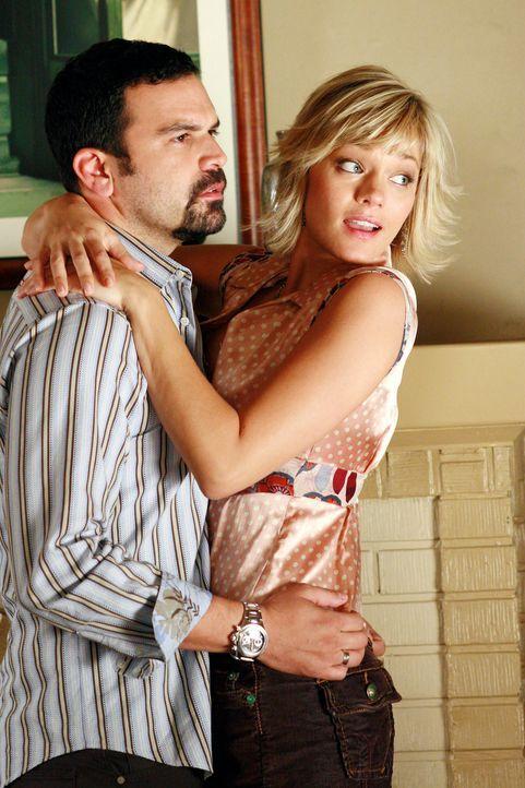 Carlos (Ricardo Antonio Chavira, l.) hat sich ein heißes Date (Crystal Allen, r.) nach Hause geholt, doch als er Edies kleinen Sohn nachts allein au... - Bildquelle: 2005 Touchstone Television  All Rights Reserved
