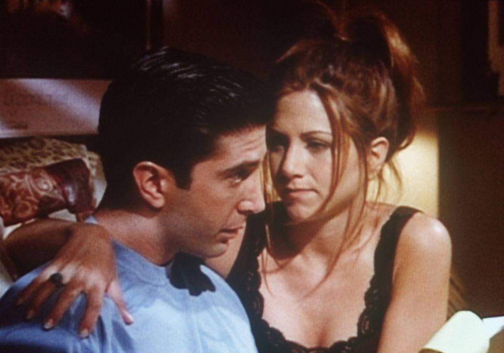 Rachel (Jennifer Aniston, r.) möchte von ihrem Freund Ross (David Schwimmer, l.) wissen, was ihr Liebesleben in Schwung bringen könnte. - Bildquelle: TM+  2000 WARNER BROS.