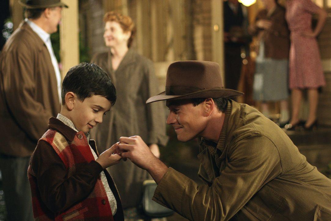Nachdem sein Vater den zurückhaltenden Matthew (Zach Mills, l.) verlassen hat, ist der Soldat Noah (Chris Klein, r.) seine dringend gesuchte Bezugs... - Bildquelle: 2006 Hallmark Hall of Fame Productions, Inc.