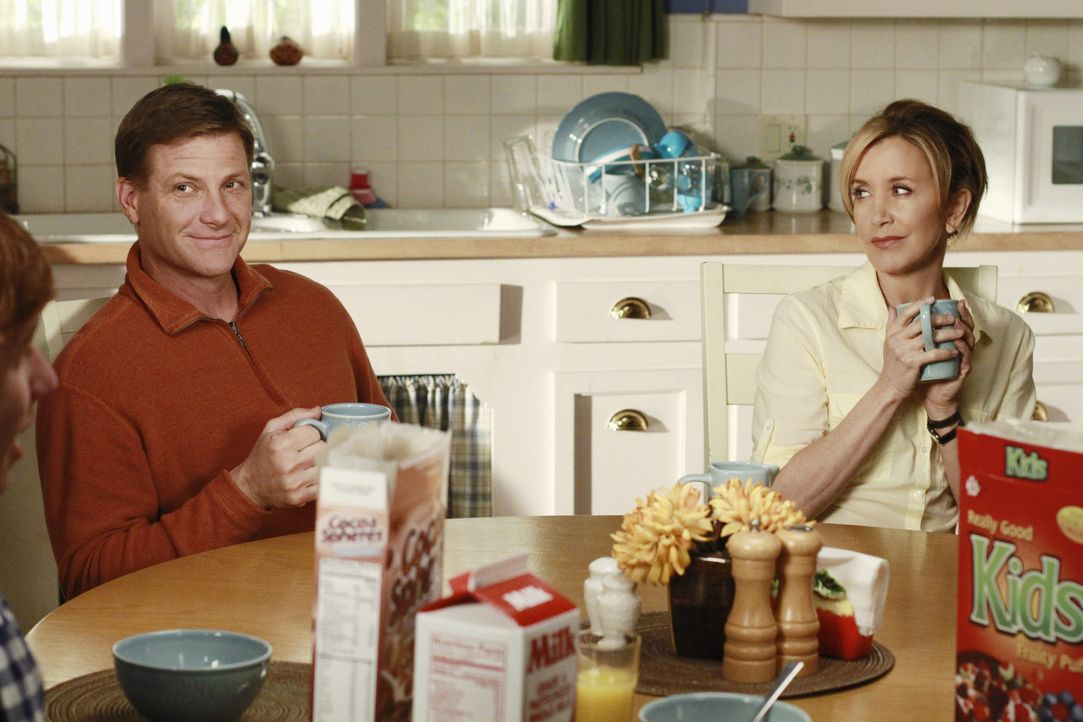 Während Bree versucht sich mit Beth Young anzufreunden, nimmt Lynette (Felicity Huffman, r.) Rache an Tom (Doug Savant, l.) ... - Bildquelle: ABC Studios