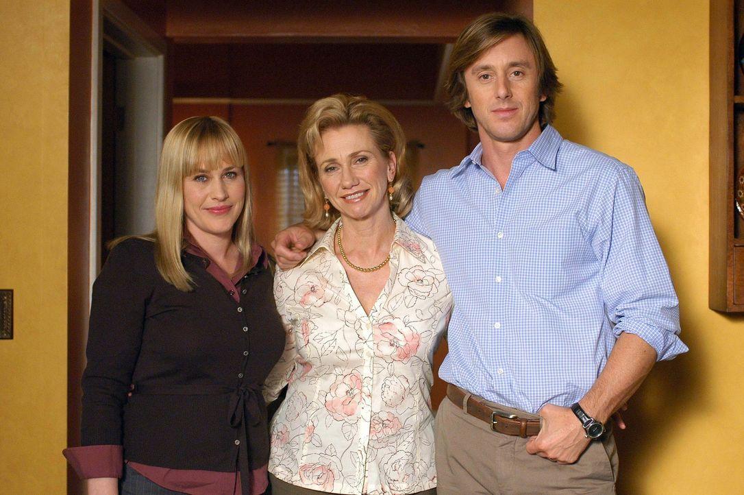 Joes (Jake Weber, r.) Mutter Marjorie (Kathy Baker, M.) ist für ein paar Tage zu Besuch. Allison (Patricia Arquette, l.) erhält von Joes verstorbe... - Bildquelle: Paramount Network Television