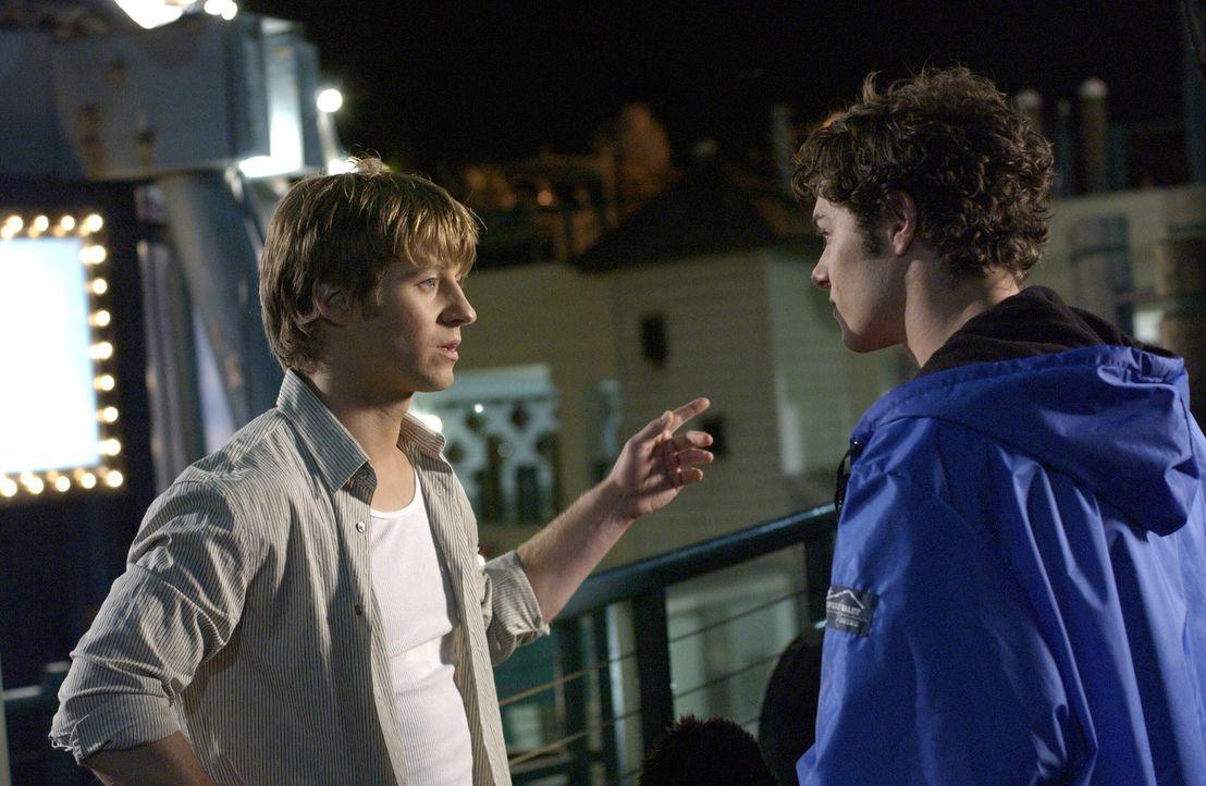 Seth (Adam Brody, r.) und Ryan (Benjamin McKenzie, l.) gehen auf ein Doppeldate mit Lindsay und Alex, doch das endet völlig anders, als erwartet ... - Bildquelle: Warner Bros. Television