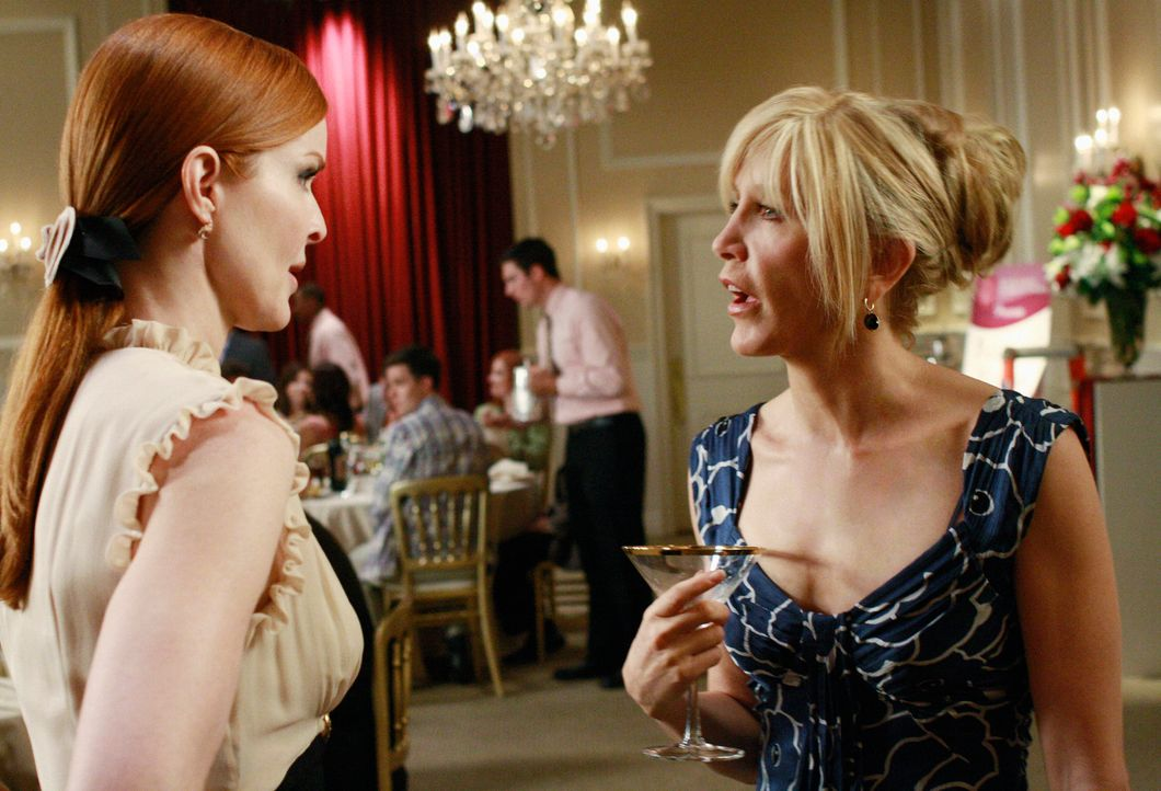 Lynette (Felicity Huffman, r.) nimmt die Vorschläge der Werbeagentur unter die Lupe, die für Bree (Marcia Cross, l.) arbeitet und fühlt sich gleich... - Bildquelle: ABC Studios