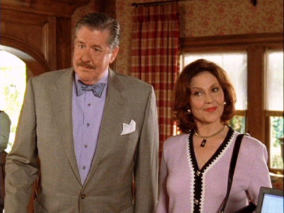 Richard (Edward Herrmann, l.) und Emily (Kelly Bishop, r.) fassen sich endlich ein Herz und machen ihren Stand der Beziehung öffentlich ... - Bildquelle: 2003 Warner Bros.