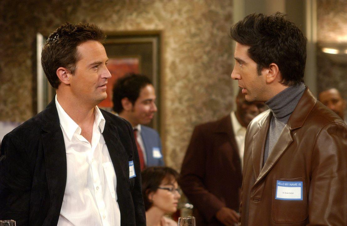 Während die Mädels Phoebes Junggesellinnenabschied feiern, sind Ross (David Schwimmer, r.) und Chandler (Matthew Perry, l.) auf einem College-Treffe... - Bildquelle: 2003 Warner Brothers International Television