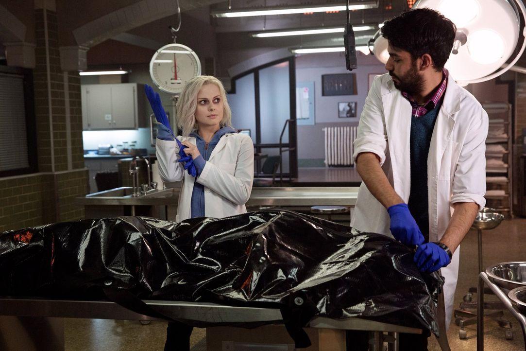 Sind gespannt, wie die neue Zusammenarbeit funktioniert: Zombie Liv (Rose McIver, l.) und Dr. Ravi Chakrabarti (Rahul Kohli, r.) ... - Bildquelle: Warner Brothers