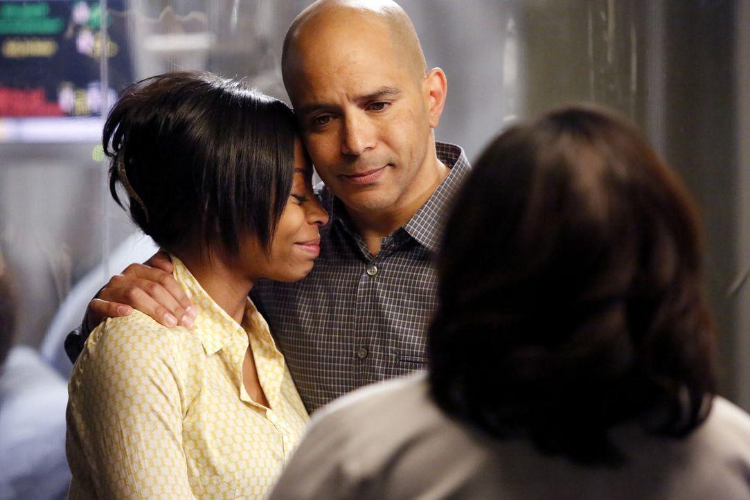 Bailey (Chandra Wilson, r.) drohen Konsequenzen, weil sie einen todkranken Jungen ohne Zustimmung von dessen Eltern Teresa (Bresha Webb, l.) und Dav... - Bildquelle: ABC Studios