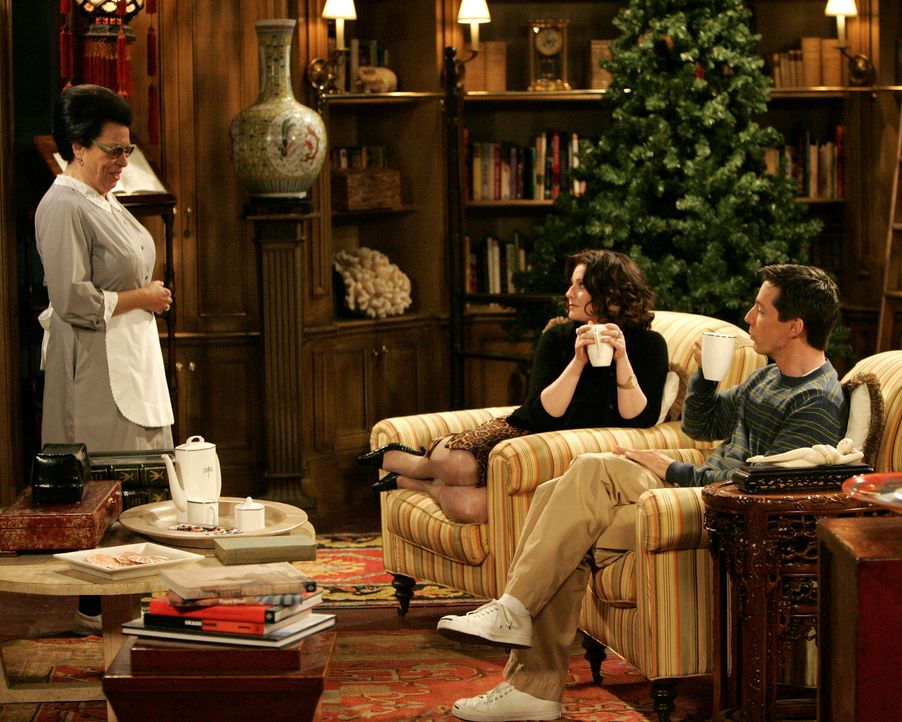 An einem gemütlichen Nachmittag mit Jack (Sean Hayes, r.) hat Rosario (Shelley Morrison, l.) eine Überraschung für Karen (Megan Mullally, M.) im Sch... - Bildquelle: Chris Haston 2003 NBC, Inc. All rights reserved.