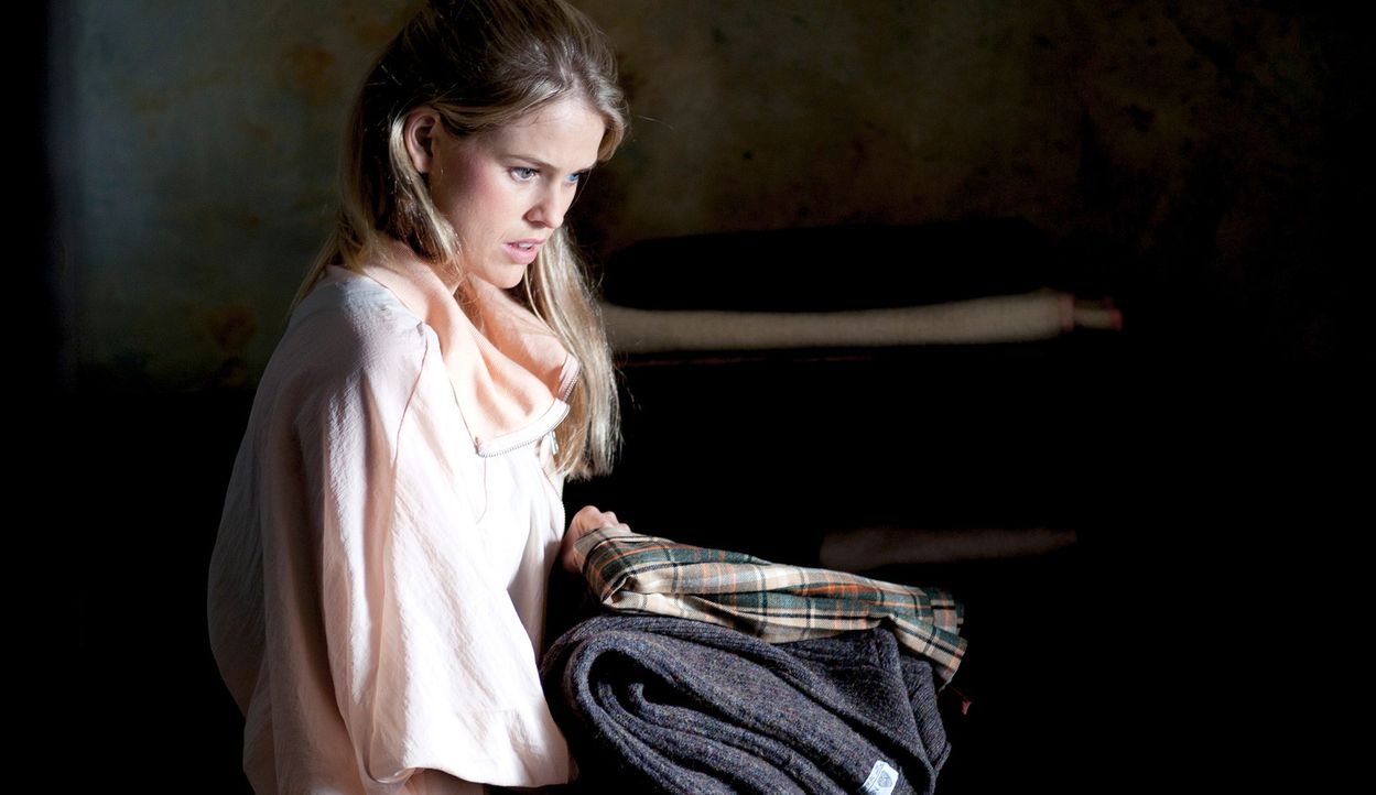 Um den Paparazzi zu entkommen, beschließt der international berühmte Filmstar Lara Tyler (Alice Eve) ihre Hochzeit an einen Ort zu verlegen, wo di... - Bildquelle: Tiberius Film GmbH