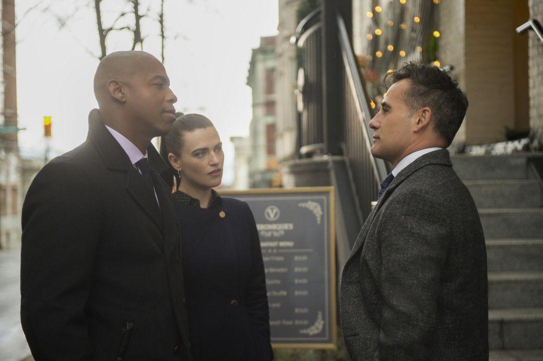 Bei einem zufälligen Treffen kommt es zwischen James (Mehcad Brooks, l.), Lena (Katie McGrath, M.) und Morgan Edge (Adrian Pasdar, r.) zu einem unan... - Bildquelle: 2017 Warner Bros.