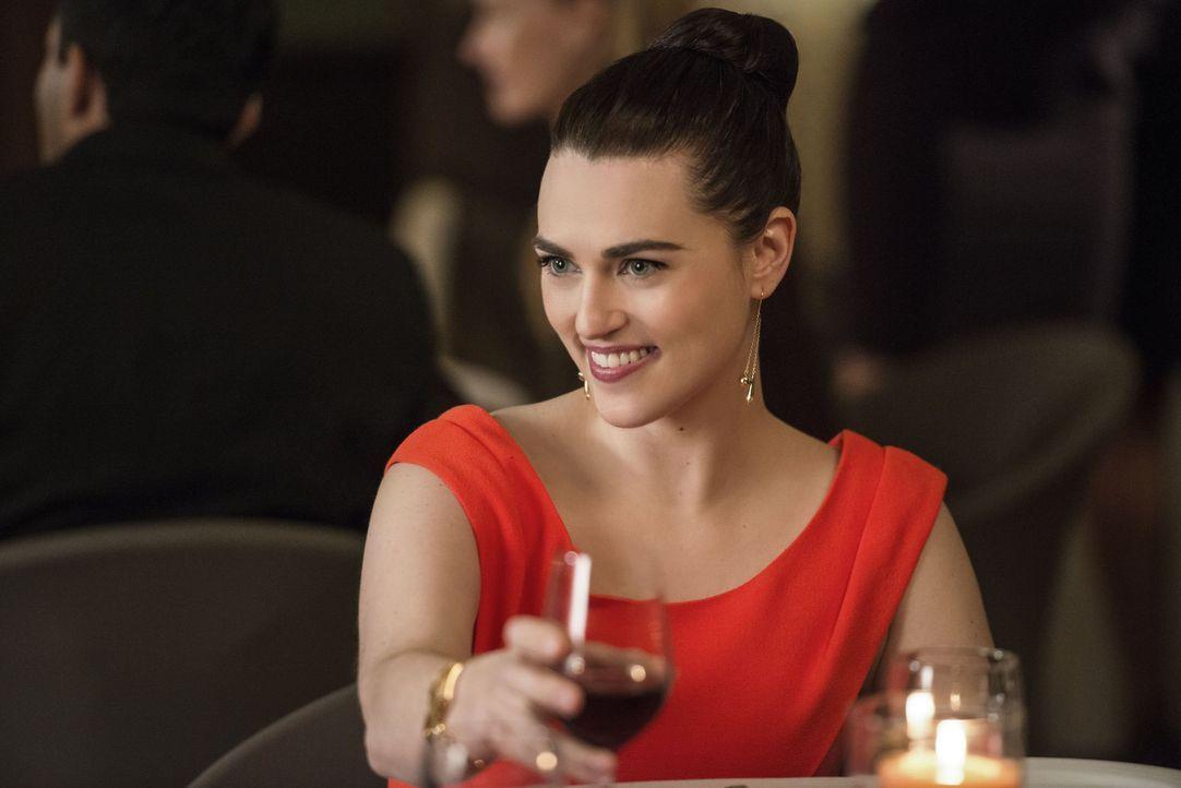 Nach außen hin gibt Lena (Katie McGrath) sich wie die Ruhe selbst, aber in Wahrheit wühlt es sie ganz schön auf, ihren Ex-Freund wiederzusehen ... - Bildquelle: 2016 Warner Brothers