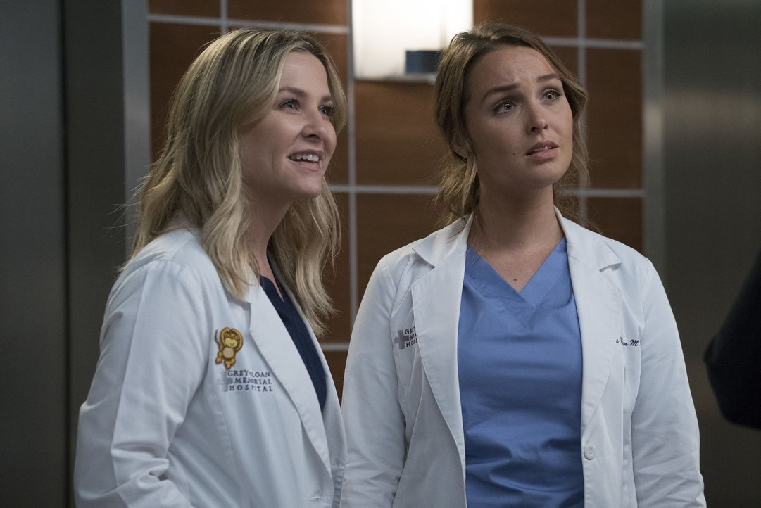 Während sich Arizona (Jessica Capshaw, l.) freut, den berühmten Arzt Dr. Paul Stadler kennenzulernen, steigt in Jo (Camilla Luddington, r.) die Pani... - Bildquelle: Richard Cartwright 2017 American Broadcasting Companies, Inc. All rights reserved./Richard Cartwright