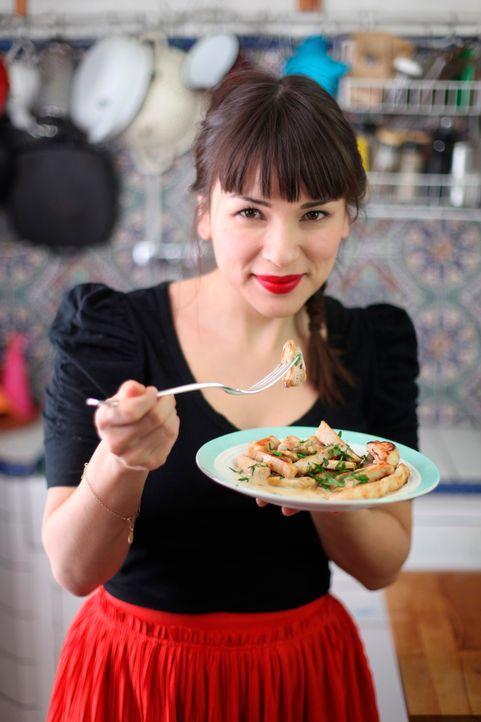 Rachel Khoo mit Hähnchen - Bildquelle: © Plum Pictures 2012
