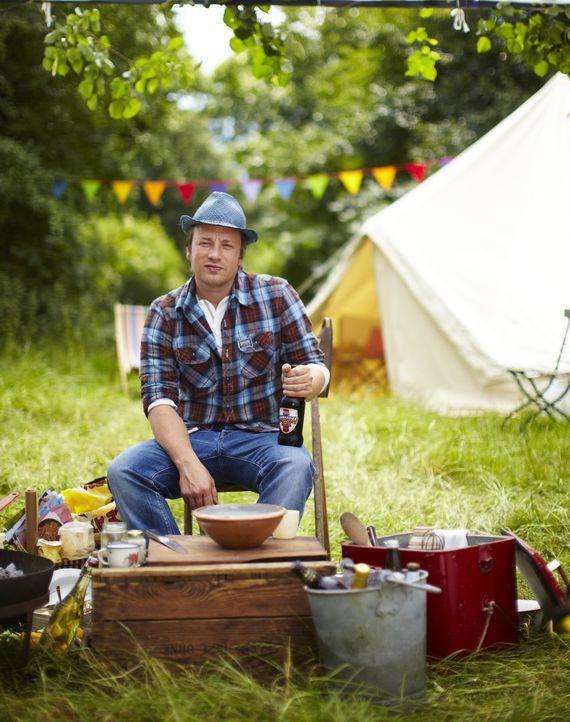 Den Sommer in vollen Zügen und mit vollen Tellern genießen - das ist das Motto von Jamie Olivers einstündigem Special, bei dem in freier Natur ge... - Bildquelle: David Loftus