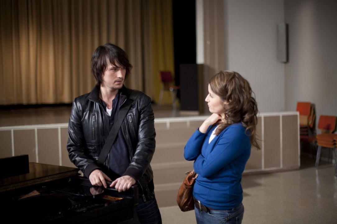 Ben (Christopher Kohn, l.) glaubt, dass Bea (Vanessa Jung, r.) mit Michael glücklich ist und gibt sie frei. Doch dann macht er eine Entdeckung, die... - Bildquelle: David Saretzki SAT.1