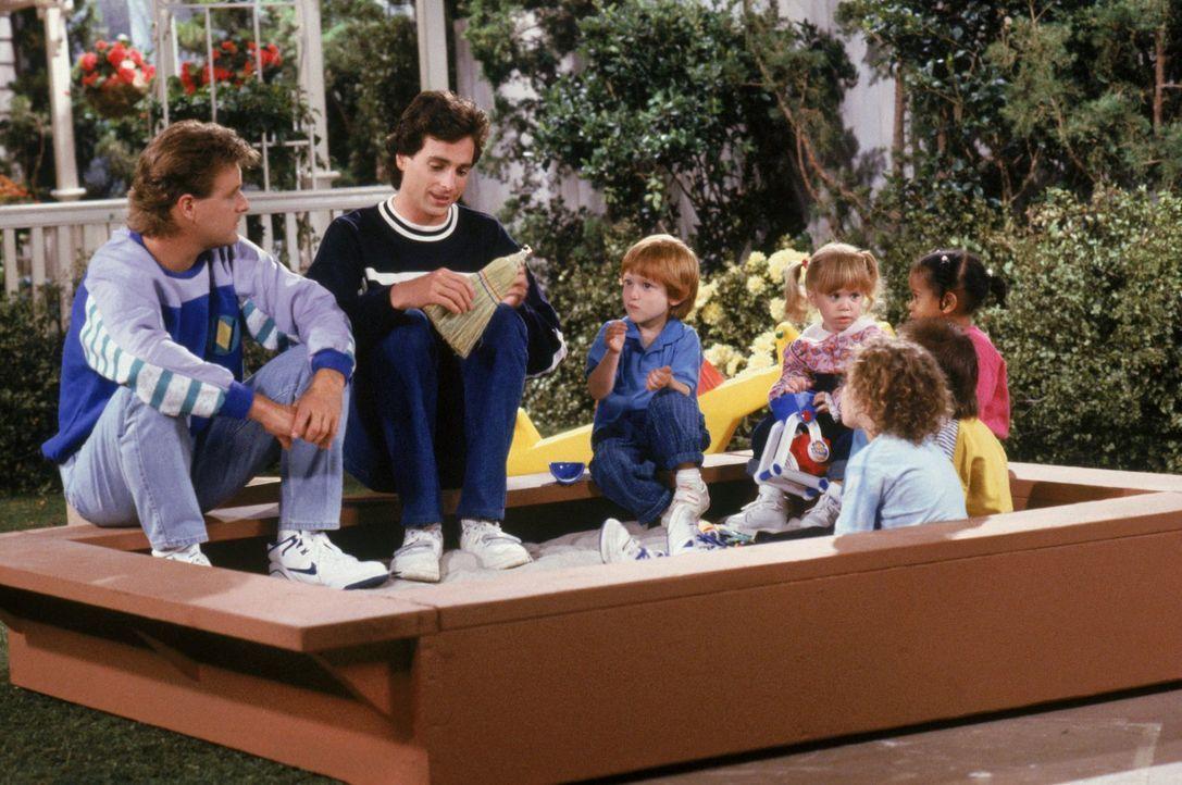 Während Michelle (Mary-Kate/Ashley Olsen, 3.v.r.) lernt, was es heißt zu teilen, tauschen sich Danny (Bob Saget, 2.v.l.) und Joey (Dave Coulier, l.)... - Bildquelle: Warner Brothers Inc.