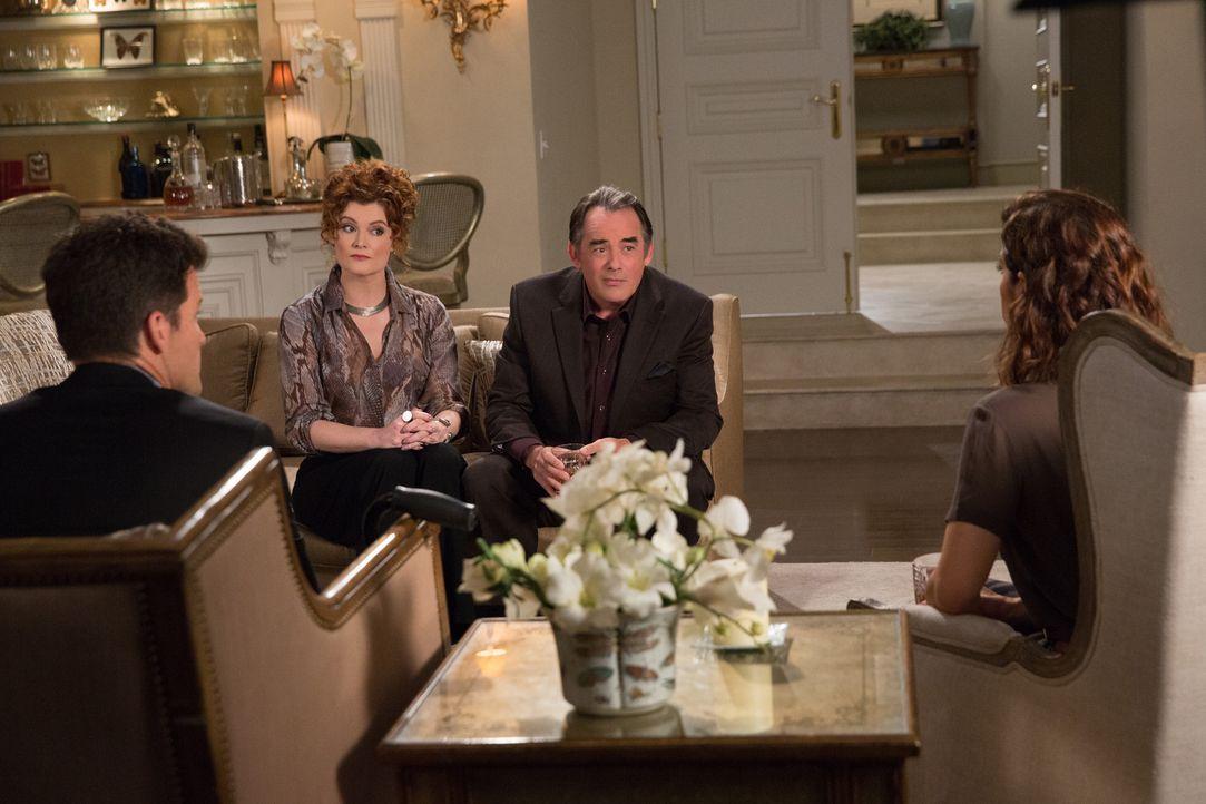Noch ahnen Nick (Mark Deklin, l.) und Marisol (Ana Ortiz, r.) nicht, wie drastisch Evelyn (Rebecca Wisocky, 2.v.l.) und Adrian (Tom Irwin, 2.v.r.) w... - Bildquelle: 2014 ABC Studios