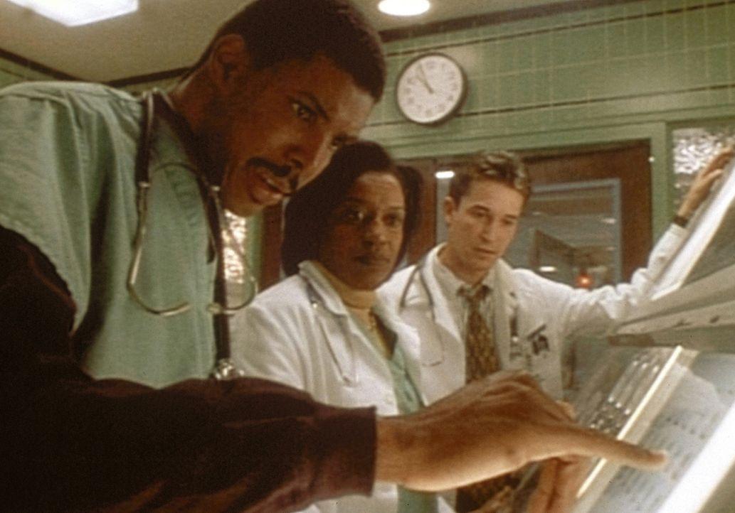 John Carter (Noah Wyle, r.) erfährt von Dr. Benton (Eric LaSalle, l.) und Dr. Hicks, dass Patient Teddy Powell hirntot ist. - Bildquelle: TM+  WARNER BROS.