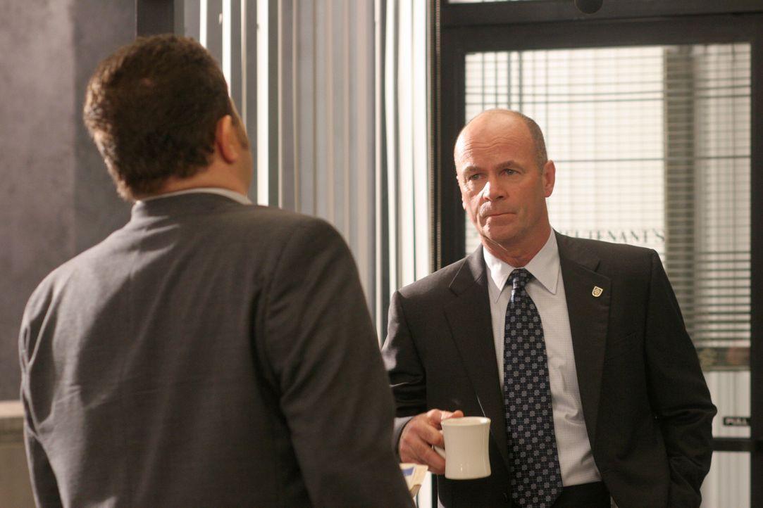 Det. Nick Vera (Jeremy Ratchford, l.) teilt Lt. John Stillman (John Finn, r.) die neuesten Erkenntnisse im Mordfall aus dem Jahre 1963 mit ... - Bildquelle: Warner Bros. Television
