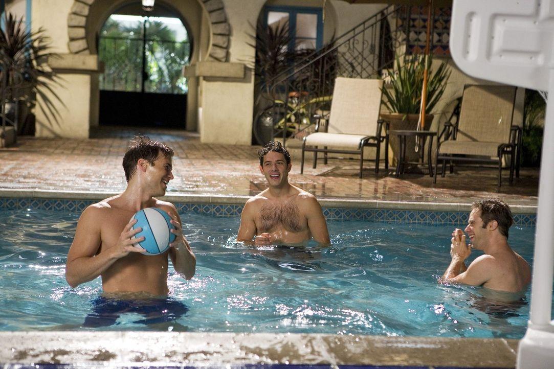 Männer unter sich - ihr einziges Gesprächsthema: Frauen... Drew (Nick Zano, l.), Jonah (Michael Rady, M.) und David (Shaun Sipos, r.) - Bildquelle: 2009 The CW Network, LLC. All rights reserved.