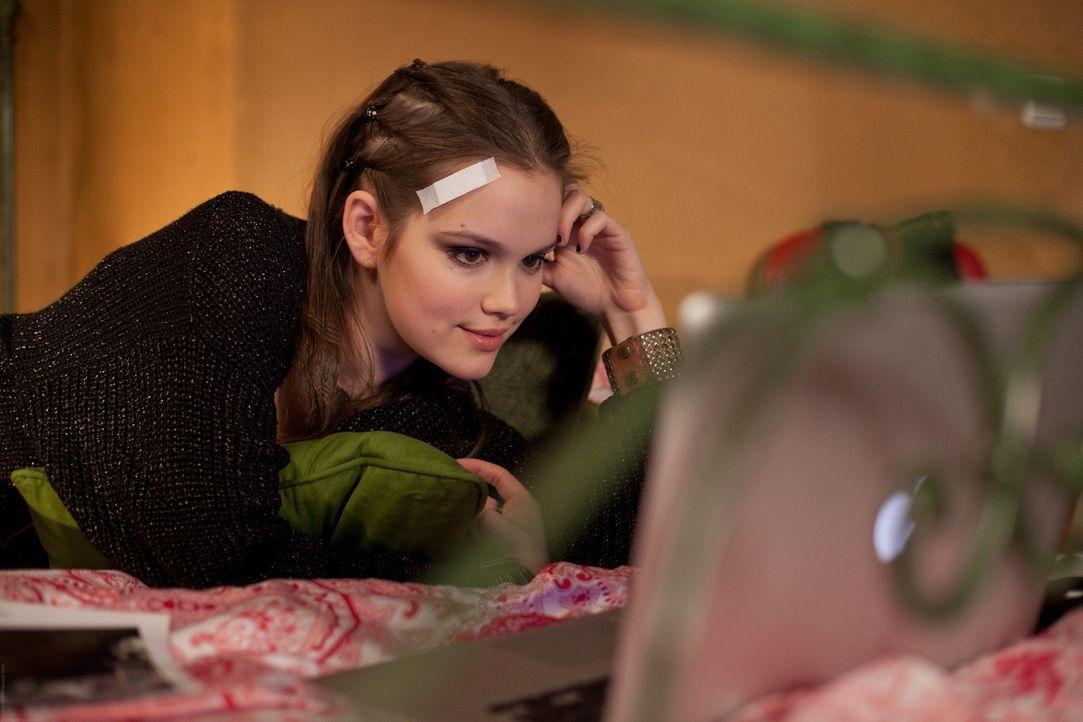 Vanessa (Emilia Schüle) offenbart Felix ein Geheimnis - absichtlich oder ausversehen? - Bildquelle: Chris Hirschhäuser TM &   TURNER BROADCASTING SYSTEM. A TIME WARNER COMPANY. ALL RIGHTS RESERVED.