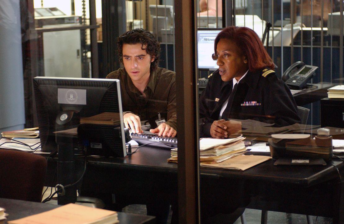 Gemeinsam mit Lt. Lee Havercamp (CCH Pounder, r.) versucht Charlie (David Krumholtz, l.) den Ort der Freisetzung des Virus', zu finden ... - Bildquelle: Paramount Network Television