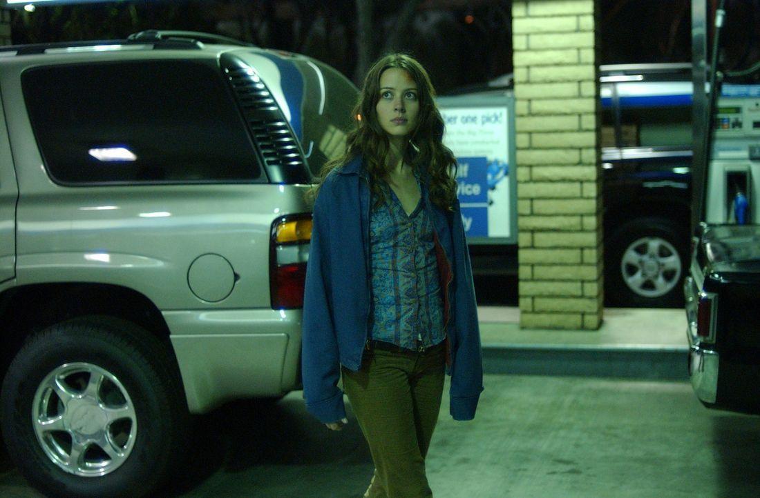 Kann Fred (Amy Acker) die Kreatur, die in den Gängen der Kanalisation ihr Unwesen treibt und schon einige Leute aus der Gruppe getötet hat, unschädl... - Bildquelle: The WB Television Network