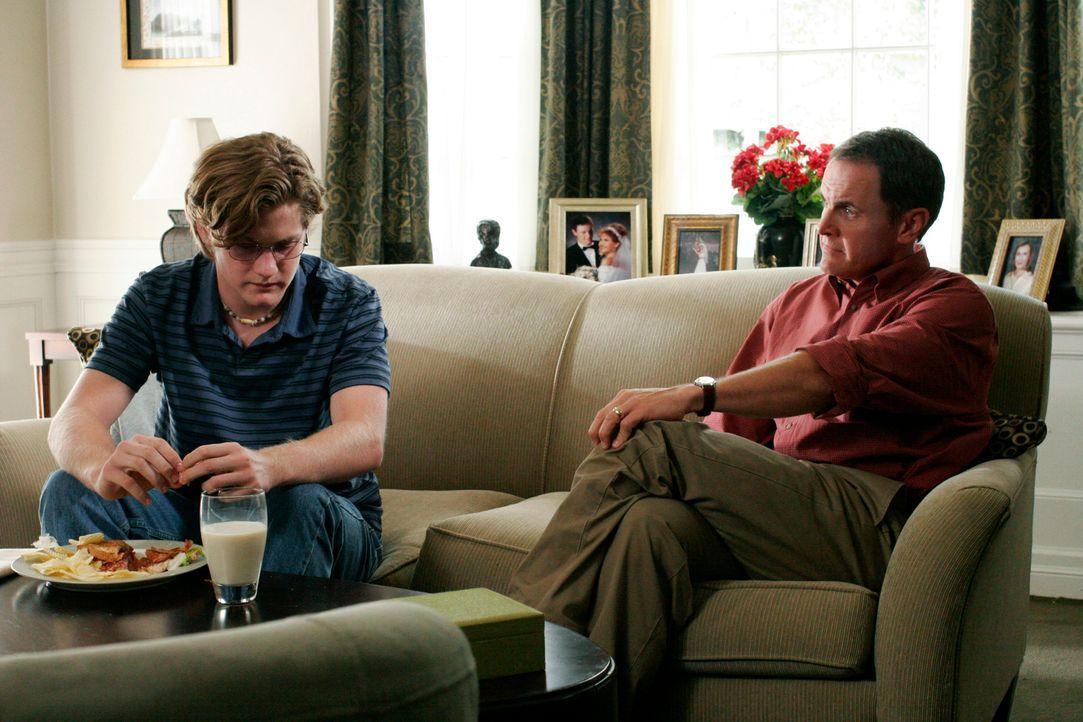 Zach (Cody Kasch, l.) kehrt nach Hause zurück, doch Paul (Mark Moses, r.) verschweigt ihm, dass Mike sein leiblicher Vater ist ... - Bildquelle: 2005 Touchstone Television  All Rights Reserved