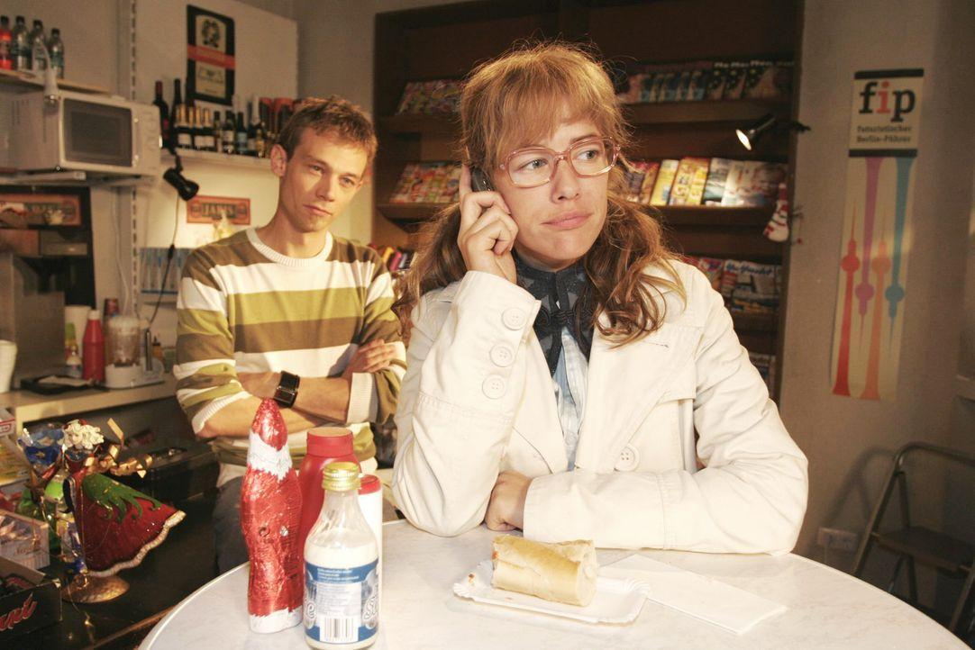 Lisa (Alexandra Neldel, r.) zeigt sich resistent, als David anruft, um mit ihr über seinen Streit mit Mariella zu sprechen. Jürgen (Oliver Bokern, l... - Bildquelle: Noreen Flynn SAT.1 / Noreen Flynn