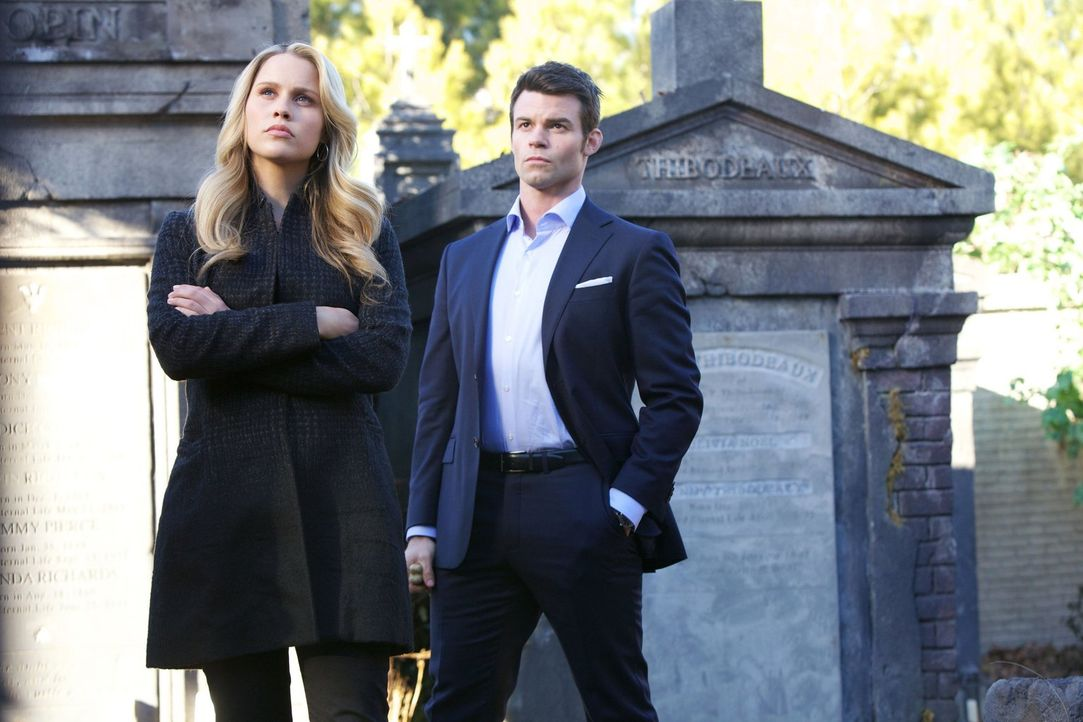 Damals standen sie alle auf einer Seite, doch die Zeit hat Rebekah (Claire Holt, l.), Elijah (Daniel Gillies, r.) und Klaus weit voneinander entfern... - Bildquelle: Warner Bros. Television